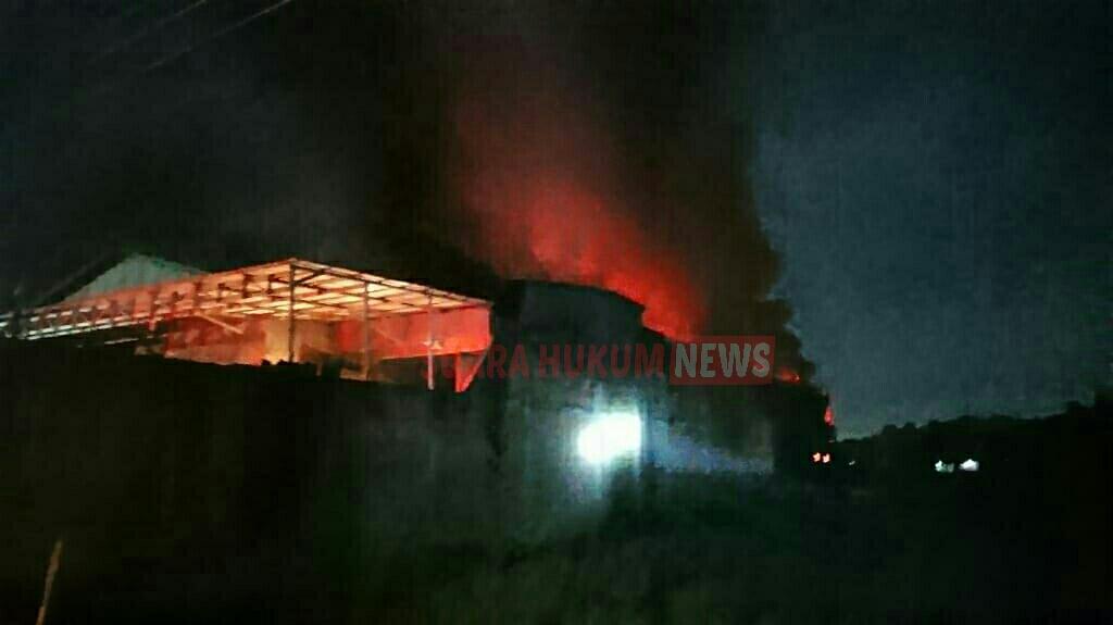 Anggota Koramil 01 Jepara Bantu Evakuasi , Gudang Meubel Terbakar Di Karangkebagusan