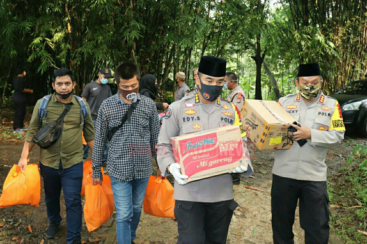 Polda Banten Bagikan Paket Sembako Kepada Warga Terdampak Covid-19