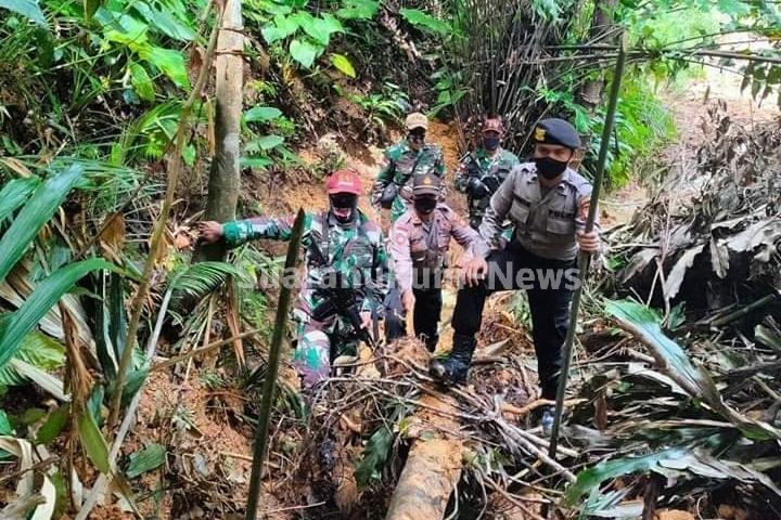 Perketat Pengamanan Jalur Tikus Di Wilayah Perbatasan, Sinergitas Satgas Pamtas TNI-Polri Gelar Patroli