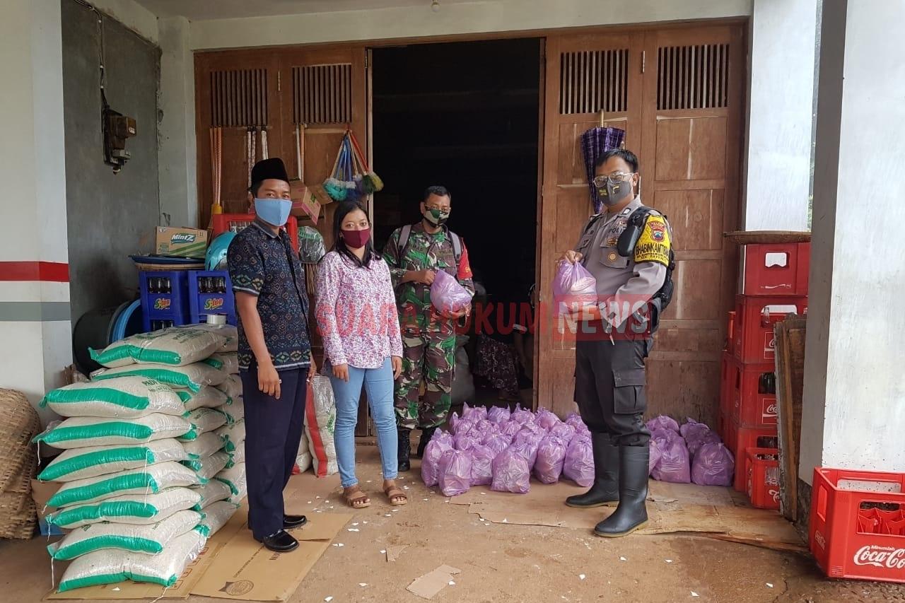 Sinergitas TNI-Polri Dampingi Pembagian Sembako Dari Kemensos RI Di Desa Bantrung