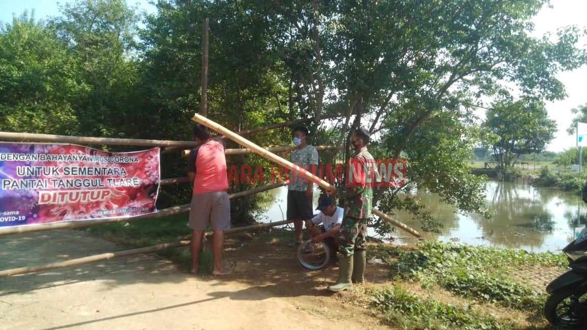 Babinsa Desa Tanggul Tlare Bantu Perbaiki Penutup Jalan Ke Lokasi Wisata