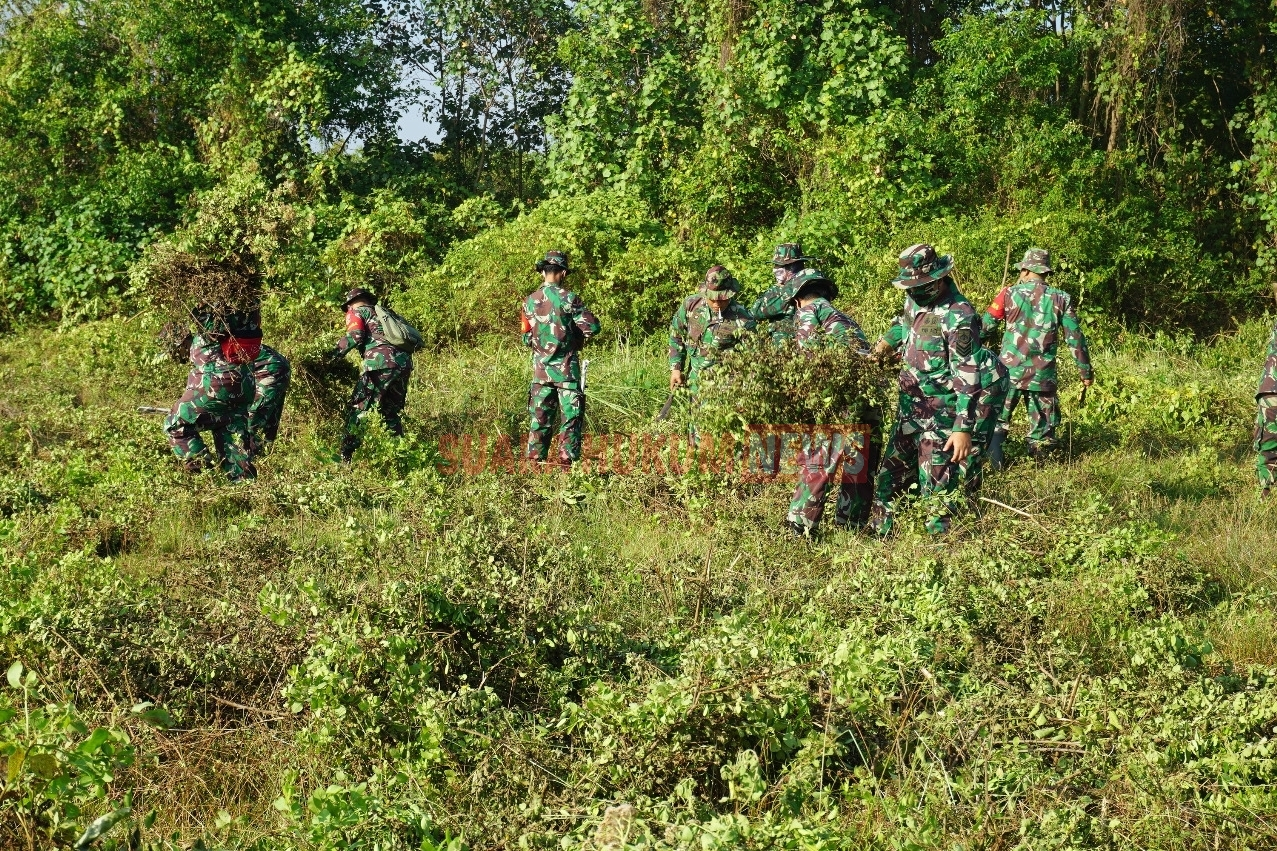 Personel Anggota Kodim 0719 Jepara Gelar Kerja Bhakti Bersihkan Lapangan Tembak