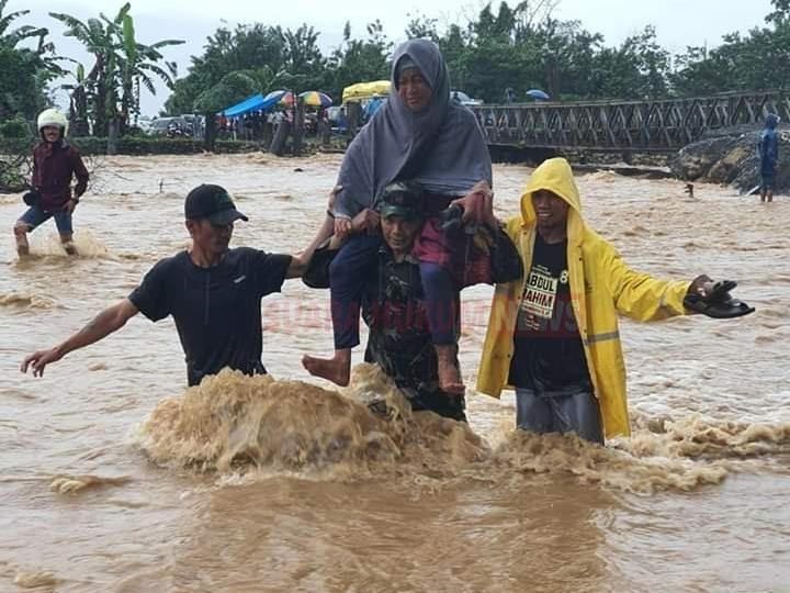 Aksi Heroik Babinsa Koptu Saleng, Saat Evakuasi Warga Di Tengah Derasnya Arus Banjir