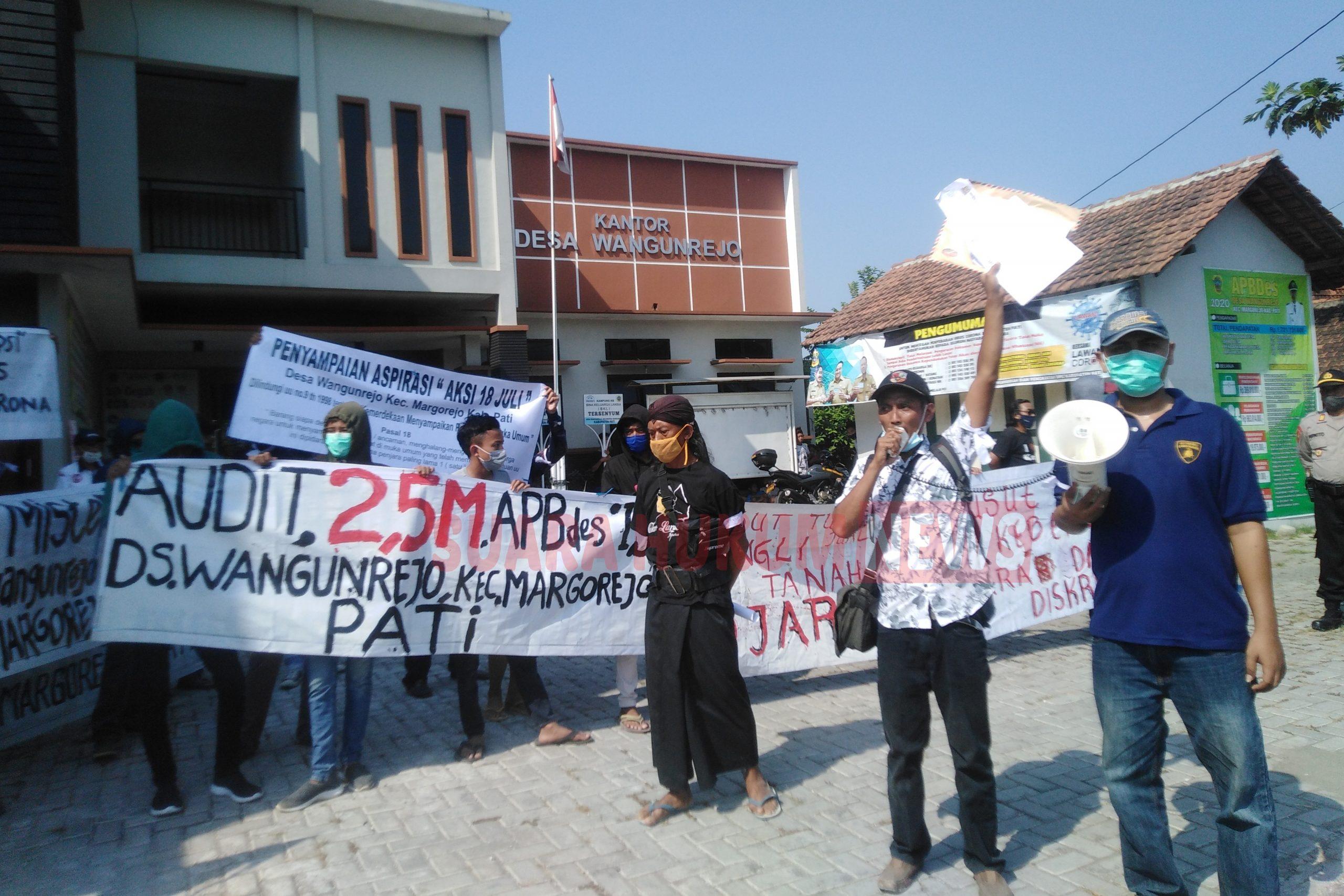 """Seruan """" Bongkar Total ..!! """", Puluhan Warga Desa Wangunrejo Gelar Aksi Protes Di Depan Balaidesa"""