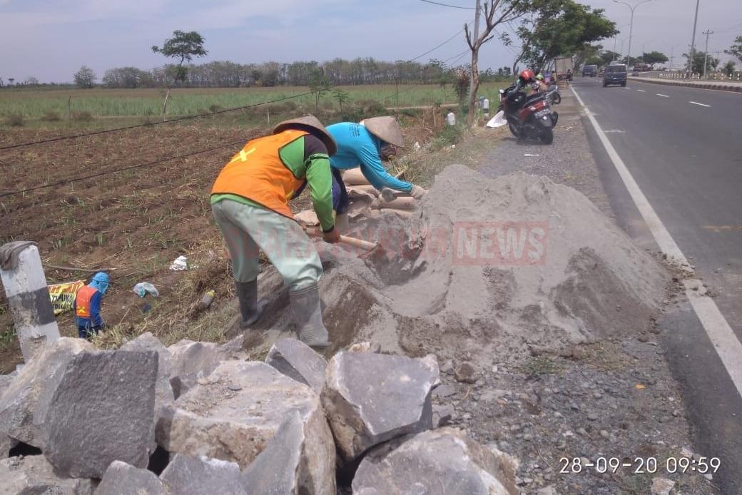 Meskipun Diingatkan Oleh Pengawas, Abu Batu Dan Padas Giling Di Proyek Saluran Air JLS Tetap Digunakan