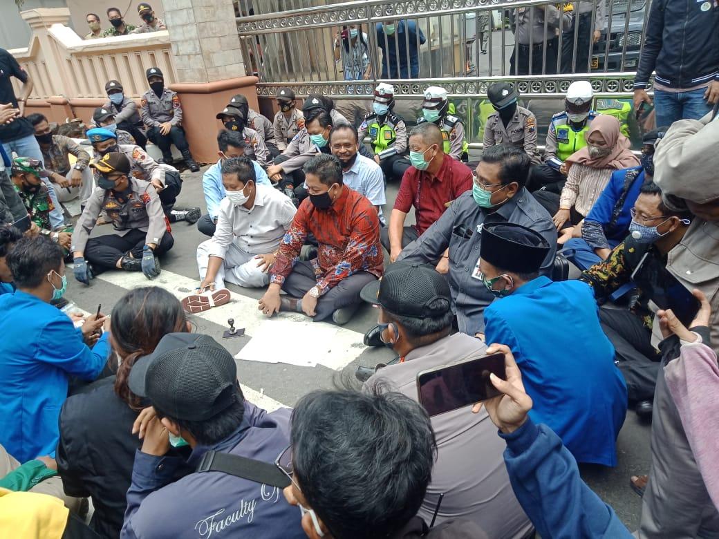 Tolak Omnibus Law, Mahasiswa Pati Gelar Aksi Damai Di Depan Kantor DPRD