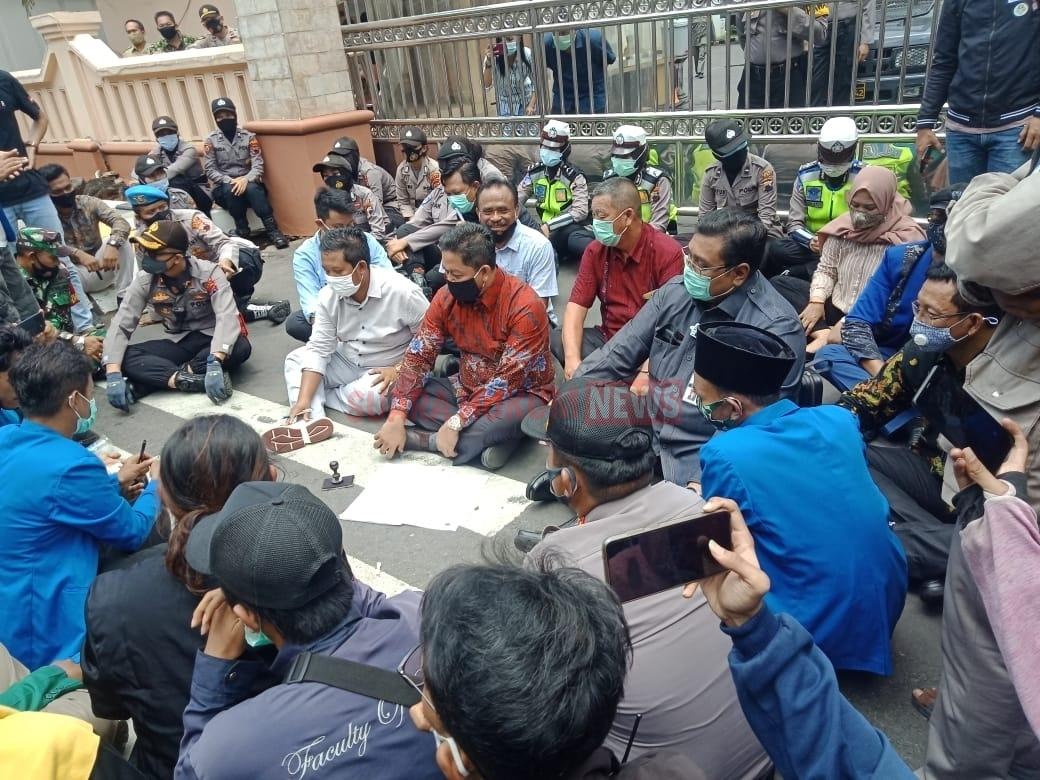 Duduk Lesehan Dijalan, Ketua DPRD Kabupaten Pati Ajak Diskusi Bersama Puluhan Mahasiswa