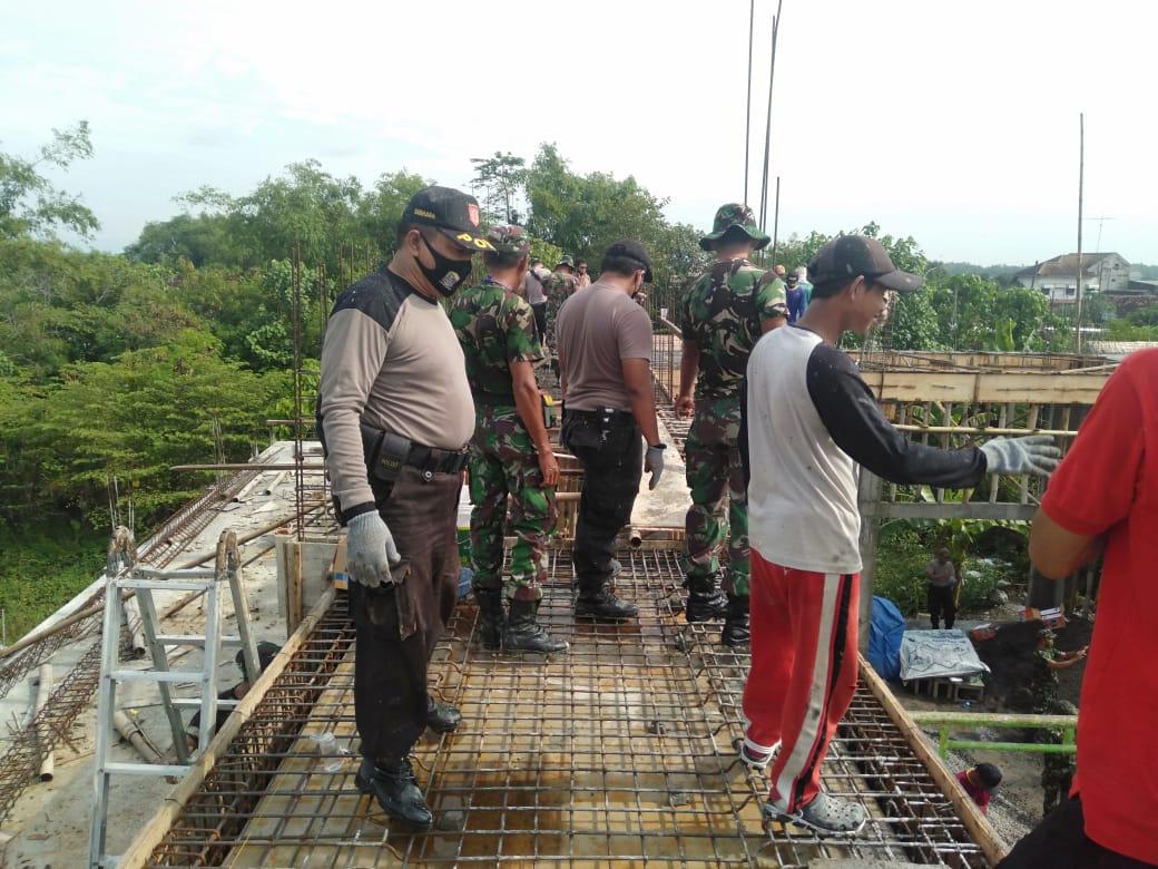Sinergitas TNI-Polri, Kerja Bakti Dalam Pembangunan Masjid di Sumberrejo