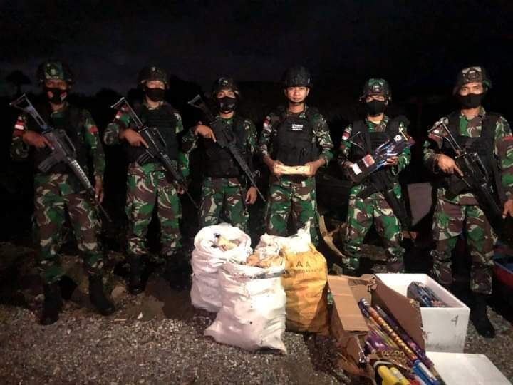 Patroli Satgas Yonif RK 744 Gagalkan Penyelundupan Kayu Cendana dan Kembang Api