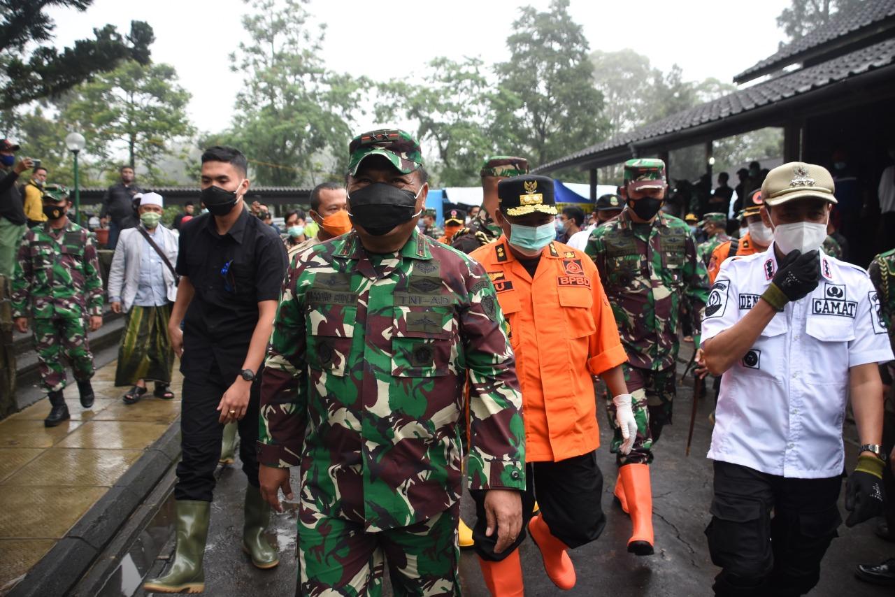 Pangdam III/Slw, Tinjau dan Serahkan Bantuan Pada Korban Banjir di Bogor