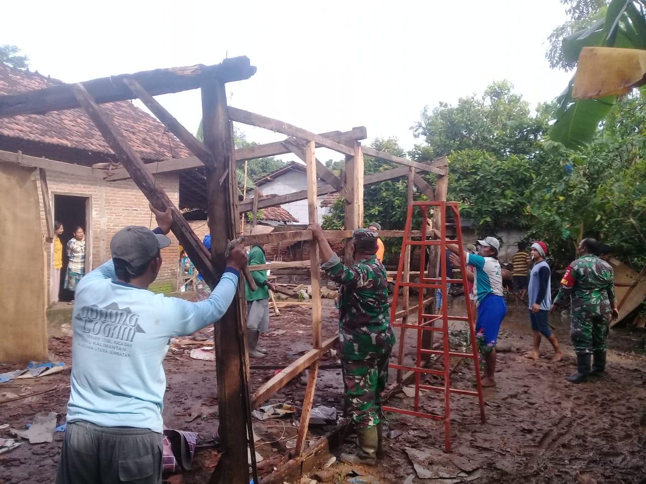 Pembuatan Pondasi Rumah milik Sunarto yang Roboh. Akibat Hujan di Sertai Angin