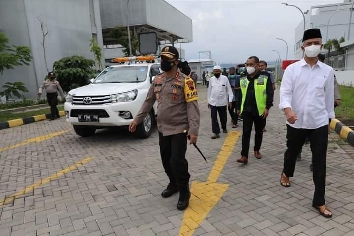 Turut Belasungkawa, Ganjar Sambut Jenazah Habib Ja'far di Bandara