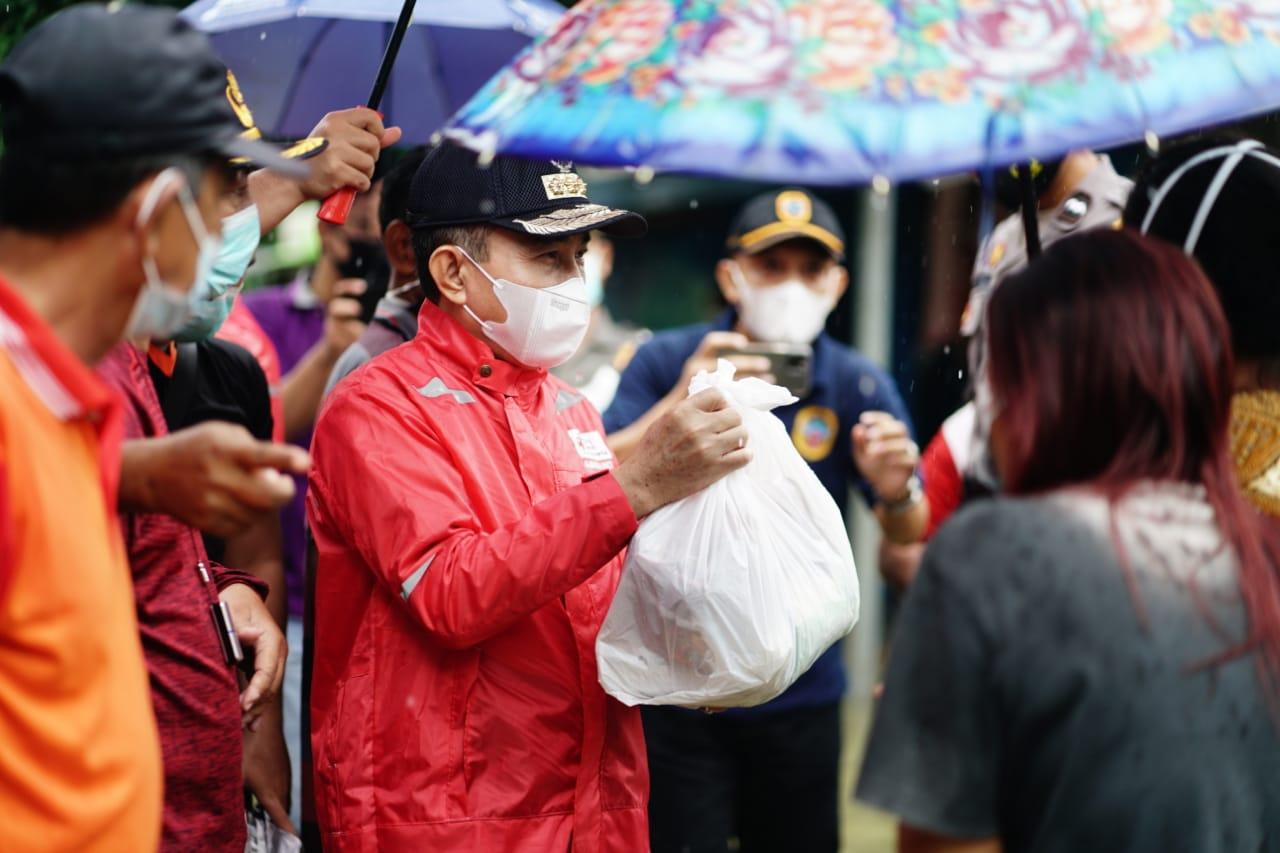 Tinjau Lokasi Banjir, Bupati Pati Berikan Bantuan Paket Sembako kepada Warga
