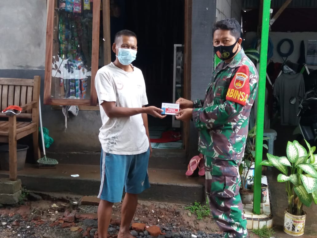Babinsa Distribusikan Obat Suplemen Untuk Warga Yang Melaksanakan Isolasi Mandiri