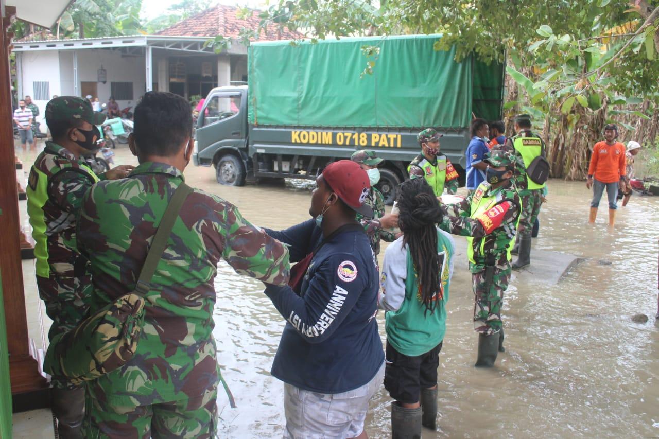 Kodim 0718 Pati Salurkan Bantuan Logistik kepada Warga terdampak Banjir