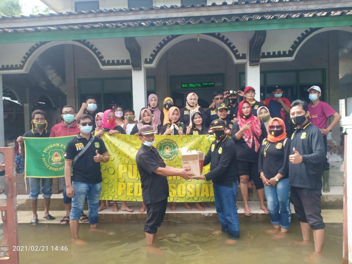 Puskom Pati Peduli Bencana Banjir, Bagikan Paket Sembako dan Nasi Bungkus