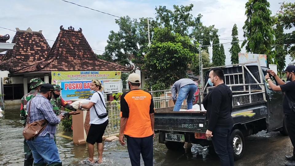 Watshaap Group PBJ, Berbagai Sembako dan Nasi Bungkus kepada Warga terdampak Banjir
