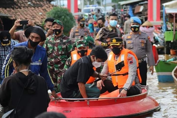 Dandim 0718 & Kapolres Pati, Tinjau Lokasi dan Bagikan Nasi Bungkus kepada Wargaterdampak Banjir
