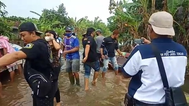 Lindu Aji Jolosutro bersama Sekber IPJT Pati, Peduli Banjir, Salurkan 200 Sembako dan Nasi Bungkus