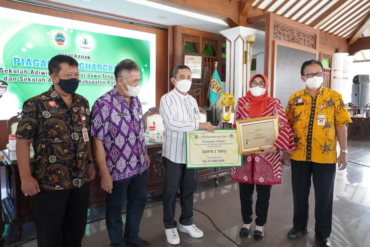 Bupati Serahkan Penghargaan Sekolah Adiwiyata Provinsi dan Kabupaten