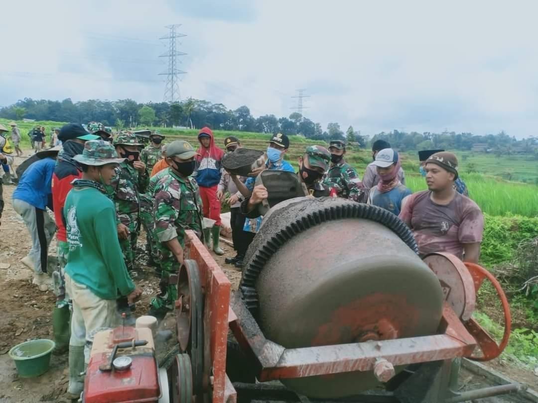 Dandim 0719/Jepara Tinjau Lokasi TMMD dan Bantu Pengecoran Jalan
