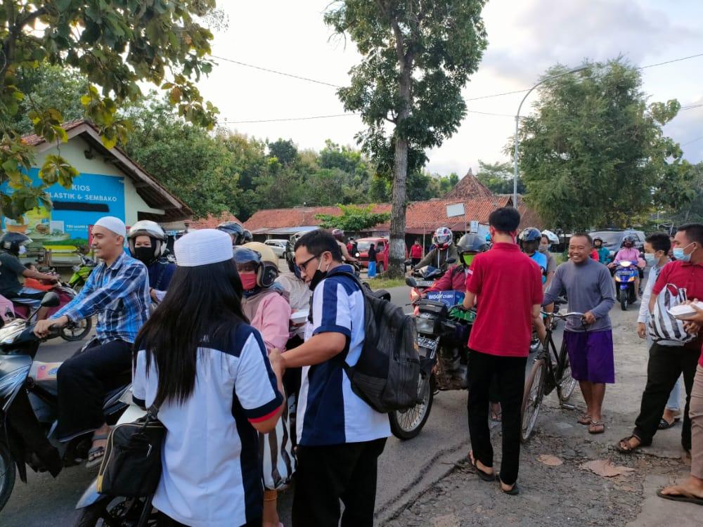 Sekber IPJT DPC Purworejo & IRMA Kelurahan Tambakrejo, Berbagi Takjil di Bulan Ramadhan