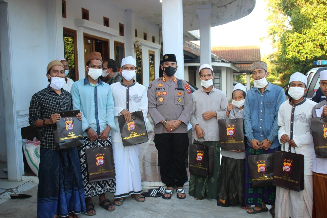 Ramadhan Berbagi, Tim Jum'at Barokah bagikan Perangkat alat Sholat dan Sembako ke Ponpes