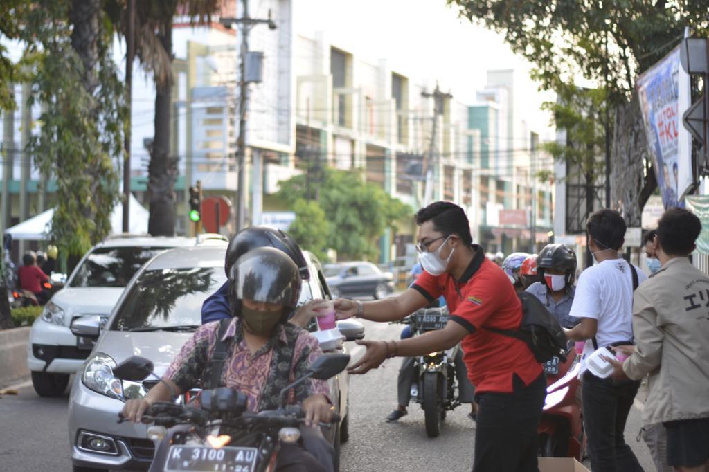 Resimen Patifosi bagikan Ratusan Takjil kepada Pengguna Jalan yang Sedang Melintas di Jl. Ahmad Yani Pati