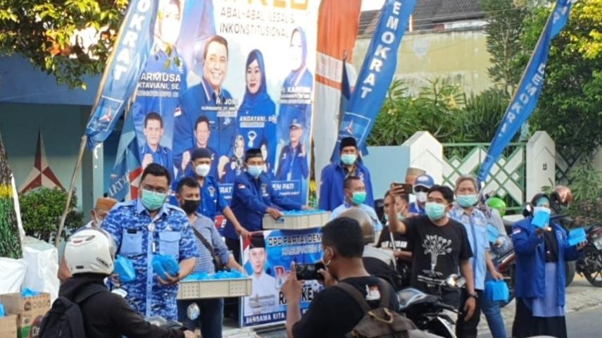Indahnya Berbagi di Bulan Suci Ramadhan, DPC Demokrat Pati Bagikan 1000 Takjil