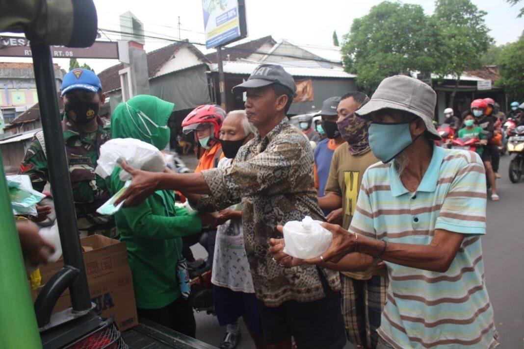 Ketua & Pengurus Persit KCK Cabang XXXIX Keliling Kota Pati, Bagikan Takjil kepada Sesama