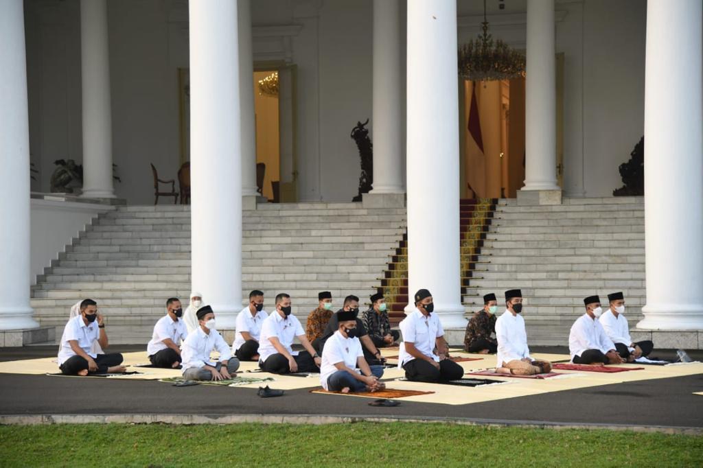 Presiden Jokowi dan Ibu Negara Salat Idul Fitri di Halaman Istana Kepresidenan Bogor