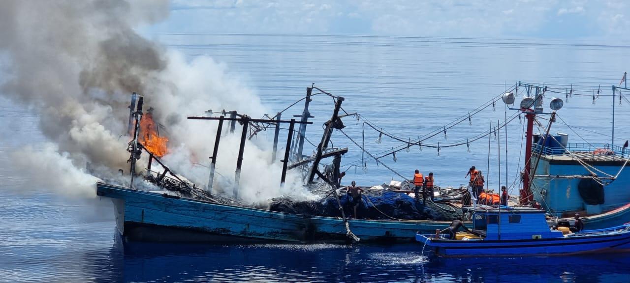 Alami Kebakaran Hebat, TNI AL Selamatkan 27 ABK dari KM Sinar Mas
