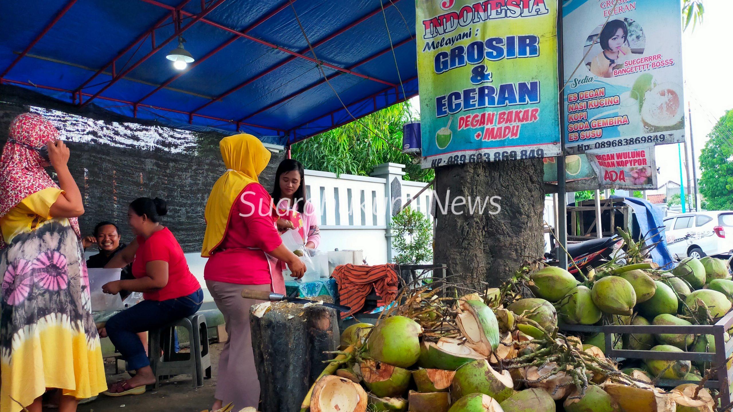 Berkah Ramadhan, Penjual Kelapa Muda di Wedarijaksa Ramai Diserbu Pelanggan