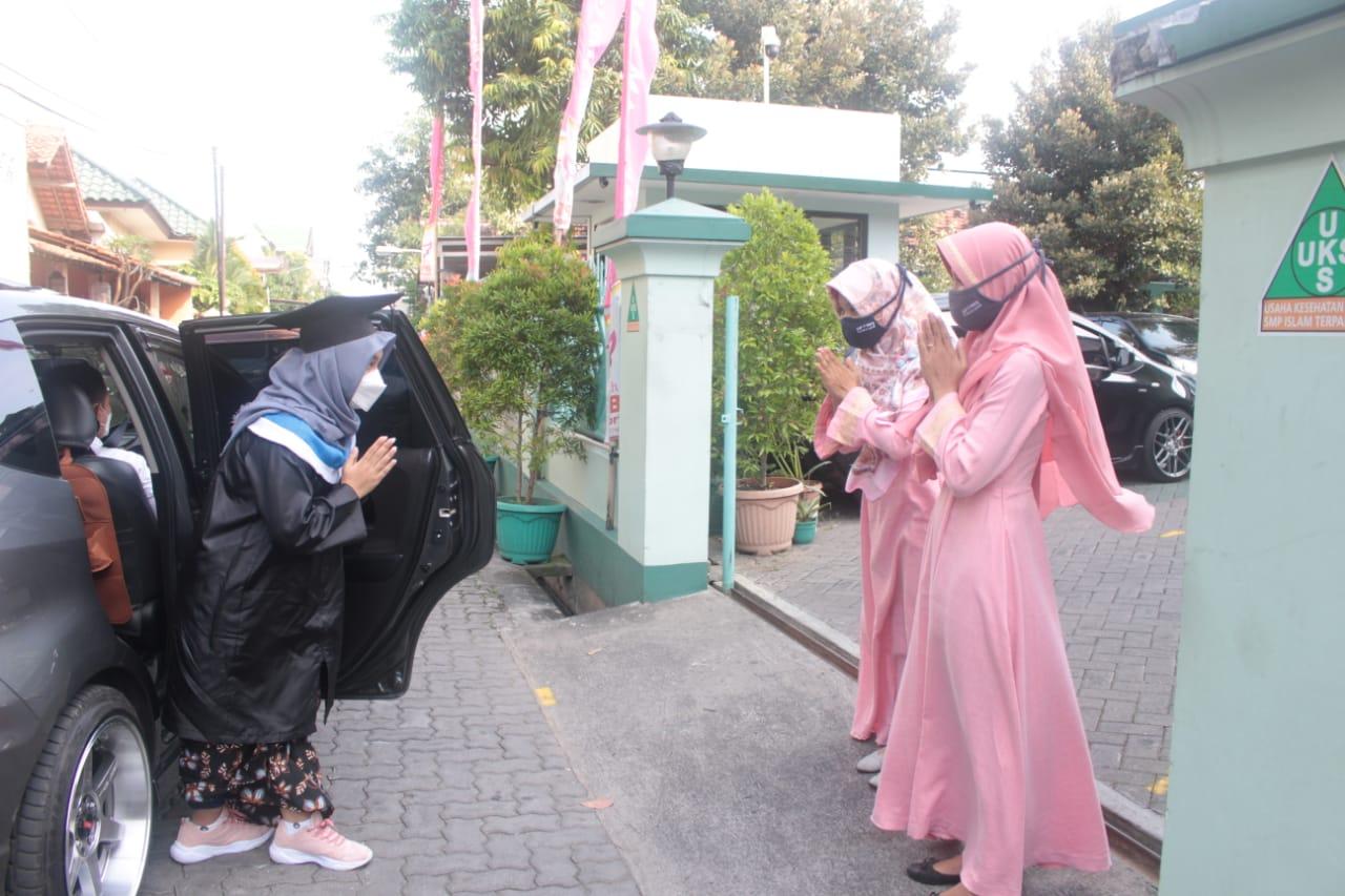 Putus Penyebaran COVID-19, Wisuda Siswa SMP IT PAPB Semarang dengan Drive Thru