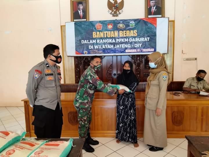 TNI-Polri Bersinergi bersama Salurkan Bantuan Beras kepada Warga Kurang Mampu