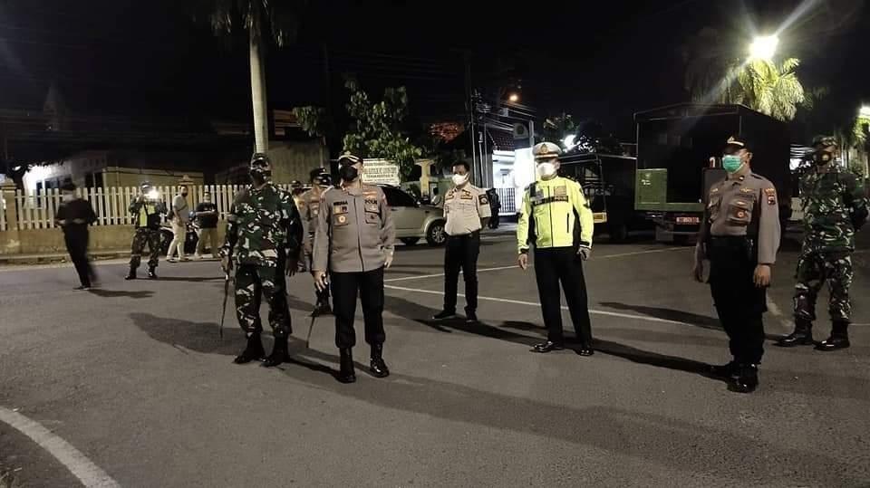 Kapolres Blora bersama Dandim 0721/Blora Cek Situasi Penyekatan PPKM Darurat di Wilayah Perbatasan Cepu-Jatim