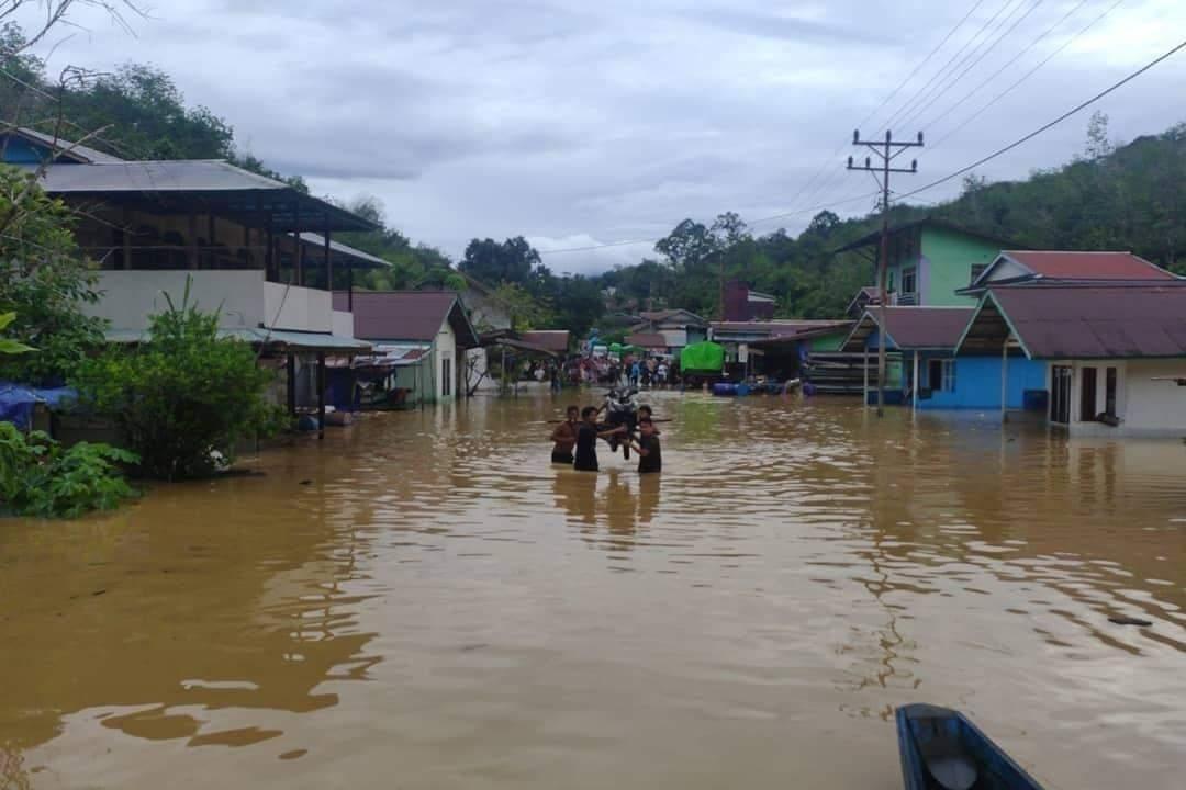 Tinjau Lokasi Banjir, Dandim 1206/Putussibau himbau Warga untuk Selalu Waspada dengan Kondisi Alam
